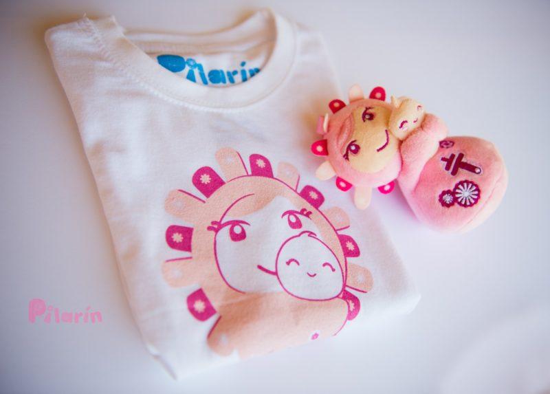 camiseta rosa con colgante