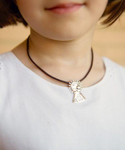 Medalla Pilarín plata colgado al cuello